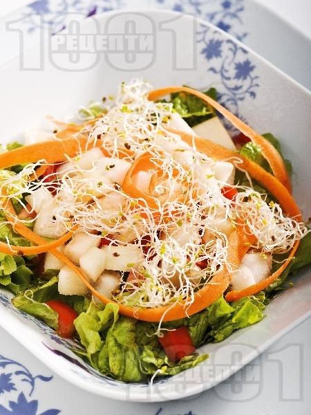 Зелена салата с марули, авокадо, домати, моркови и кълнове - снимка на рецептата
